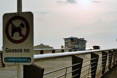 Tossa de Mar, Espanha, em agosto de 2018 Um sinal na proibição do cão que anda na praia no fundo do alvorecer foto de stock