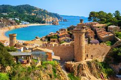 Tossa de Mar, praia da areia e paredes velhas da cidade, Catalonia, Espanha foto de stock
