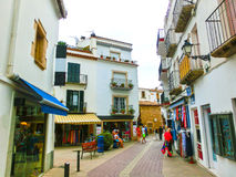 Tossa de Mar Spanien - September 14, 2015: Folket som går på den gamla staden Tossa de Mar i Costa Brava av Catalonia Royaltyfria Bilder