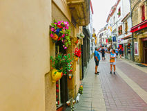 Tossa de Mar Spanien - September 14, 2015: Folket som går på den gamla staden Tossa de Mar i Costa Brava av Catalonia Royaltyfri Fotografi