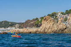 TOSSA DE MAR SPANIEN - 07, 2017: By Tossa de Mar Costa Brava Arkivbild