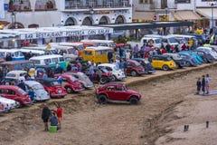 Tossa de marcha, España 17 de septiembre de 2016: Volkswagen Beetle parqueó en la playa en el 23ro encuentro de las obras clásica Foto de archivo libre de regalías