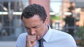 Tosse africana malata dell'uomo d'affari all'aperto video d archivio
