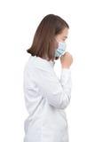 Tosse asiática da mulher com máscaras protetoras foto de stock