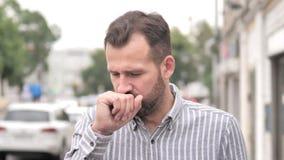Tosse casuale dell'uomo della barba malata all'aperto archivi video