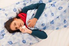Tosse caucasica malata della donna isolata sopra fondo bianco fotografia stock libera da diritti