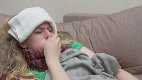 Tosse dell'adolescente, gola irritata Ha il raffreddore video d archivio