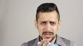Tosse dell'uomo barbuto giovane stock footage