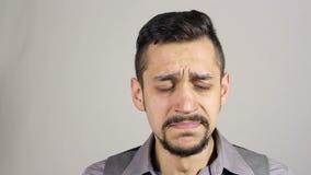 Tosse dell'uomo barbuto giovane archivi video
