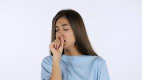 Tosse della ragazza bella malata, fondo bianco in studio immagini stock