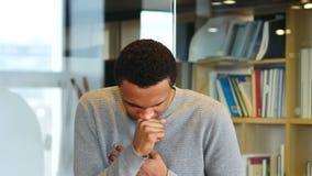 Tosse, homem afro-americano doente, retrato filme
