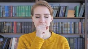 Tosse, retrato da mulher doente que tosse no trabalho vídeos de arquivo