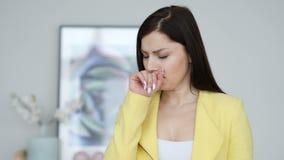 Tosse, retrato da mulher doente que tosse no trabalho video estoque