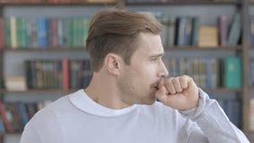 Tosse, retrato do homem adulto doente que tosse no trabalho filme