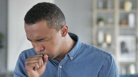 Tosse, retrato do homem africano novo doente que tosse no trabalho video estoque