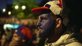 Tosses europeias da equipe de futebol do homem fora da multidão do fundo da noite do estádio de futebol da gripe filme