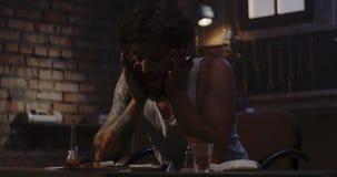 Tossicomane che sniffa cocaina stock footage
