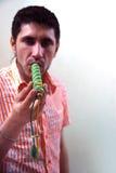 Tossicomane con la marijuana del tubo alla parete Immagine Stock