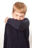 Tossir da criança/que Sneezing no cotovelo Fotografia de Stock