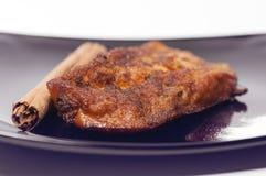 Tostada, canela y azúcar de Torrija en una placa negra. Imágenes de archivo libres de regalías