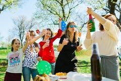 Tostada con champán del niño en la fiesta de jardín del cumpleaños foto de archivo libre de regalías