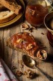 Tostada con el atasco de la mantequilla y de la manzana foto de archivo