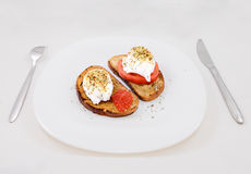 Tostada con el caviar y el tomate rojos Foto de archivo