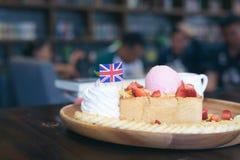 Tostada con el helado, crema azotada, Fotografía de archivo libre de regalías