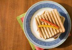 Tostada con el salami imagen de archivo