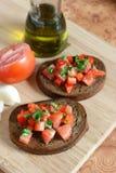 Tostada con el tomate y el petróleo cortados Imágenes de archivo libres de regalías
