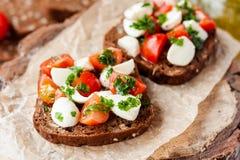 Tostada con el tomate y la mozzarella Fotografía de archivo libre de regalías