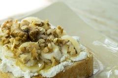 Tostada con el wallnut del plátano y el desmoche de la miel Fotografía de archivo