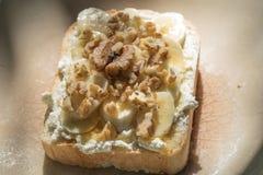 Tostada con el wallnut del plátano y el desmoche de la miel Imagenes de archivo