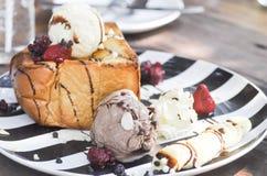 Tostada con helado y la baya Imagen de archivo libre de regalías