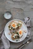 Tostada con las habas blancas y el huevo fotografía de archivo