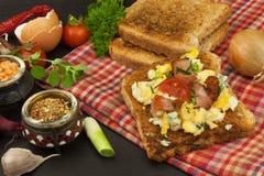 Tostada con los huevos revueltos El desayuno rápido y nutritivo Eggs con las verduras y el tocino Suplementos dietéticos para los fotos de archivo