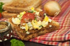 Tostada con los huevos revueltos El desayuno rápido y nutritivo Eggs con las verduras y el tocino Suplementos dietéticos para los imagen de archivo libre de regalías