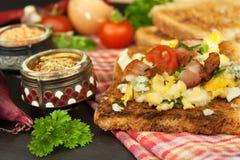 Tostada con los huevos revueltos El desayuno rápido y nutritivo Eggs con las verduras y el tocino Suplementos dietéticos para los foto de archivo