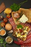 Tostada con los huevos revueltos El desayuno rápido y nutritivo Eggs con las verduras y el tocino Suplementos dietéticos para los fotos de archivo libres de regalías