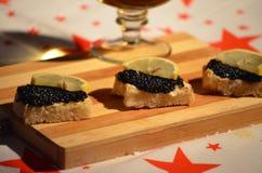 Tostada con mantequilla, el caviar y el limón Fotografía de archivo libre de regalías