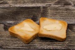 Tostada con mantequilla en de madera Foto de archivo