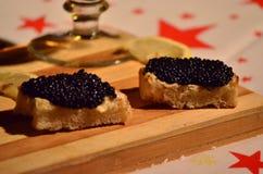 Tostada con mantequilla y el caviar Foto de archivo