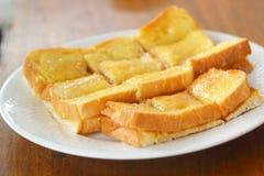 Tostada con mantequilla y la aspersión con el azúcar Imágenes de archivo libres de regalías