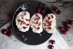 Tostada con queso y cerezas Foto de archivo libre de regalías