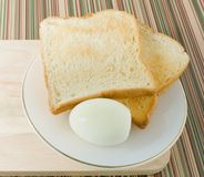 Tostada de Brown con los huevos hervidos en un plato Imagen de archivo libre de regalías