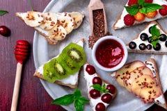 Tostada de la fruta en fondo rojo Consumición limpia del desayuno sano Concepto de dieta Rebanadas del pan del grano con el queso Imágenes de archivo libres de regalías