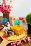 Tostada de la miel con helado; crema, frutas y sli azotados de la almendra Imagen de archivo