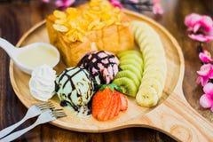 Tostada de la miel con helado; crema, frutas y sli azotados de la almendra Foto de archivo