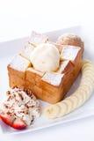 Tostada de la miel con helado de la vainilla y nata montada, miel, rebanadas de la fresa y del plátano Imágenes de archivo libres de regalías