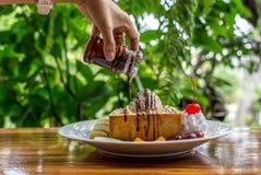 Tostada de la miel con helado y fruta Fotografía de archivo